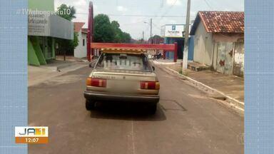 Imagem mostra motorista levando cama em cima de carro em Paraíso do Tocantins - Imagem mostra motorista levando cama em cima de carro em Paraíso do Tocantins
