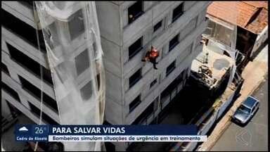 Situações de emergência são simuladas para treinamento dos bombeiros em Araxá - Ações foram realizadas em um prédio da cidade como uma forma de preparar os militares para salvar vidas.
