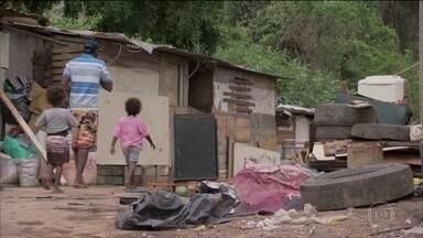 IBGE anuncia que desigualdade social aumentou; 13,5 milhões vivem na extrema pobreza - Brasil bateu um triste recorde em 2018, o de brasileiros que vivem na extrema pobreza, obrigados a sobreviver com menos de R$ 145 por mês.