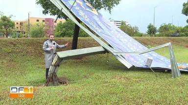 A quinta-feira começou com temporal em vários pontos do DF - Em Sobradinho, ruas ficaram alagadas e árvores foram arrancadas.