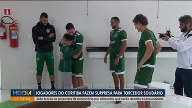Jogadores do Coritiba fazem surpresa para torcedor solidário - O menino João trocou os presentes de aniversário por cestas básicas. No CT do clube, a campanha ganhou um reforço para as doações.