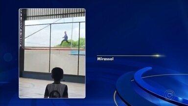 Homem é flagrado fazendo selfie enquanto pula vagões de trem em movimento - Um homem foi flagrado correndo em cima de um trem em movimento, nesta quarta-feira (6), em Mirassol (SP).