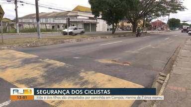 Menino de 7 anos morre e mãe e irmã ficam feridas após serem atropelados por caminhão - Acidente aconteceu no final da tarde desta quarta-feira (6) na Avenida Presidente Kennedy, em Campos (RJ).