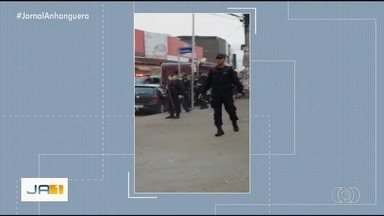 Retirada de ambulantes da Região da 44 termina em confusão, em Goiânia - Policiais tiveram que usar spray de pimenta para dispersar grupo.