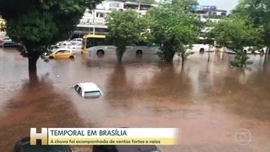 Temporal em Brasília hoje de manhã - Ventos passaram de 60 km/h. Várias ruas ficaram alagadas, árvores caíram e até um outdoor veio abaixo. A água chegou na altura da janela dos carros.