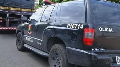 Policiais civis são presos escoltando carga de 1 tonelada de maconha no interior de SP - Dois policiais civis de São Paulo foram presos nesta quinta-feira (7) depois de serem flagrados escoltando, com uma viatura caracterizada da Polícia Civil, um caminhão carregado com uma tonelada de maconha. Outros dois homens também foram presos. A Justiça converteu a prisão dos suspeitos em preventiva após o término da audiência de custódia.