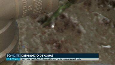 Moradores de Tupãssi questionam o racionamento de água - Vídeos mostram água jorrando de um dos reservatórios da prefeitura. Município admite o problema, mas afirma que níveis estão baixos e que problemas já foram corrigidos.