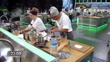Os participantes seguem fazendo seus pratos contra o tempo - Os técnicos seguem dando dicas para seus times