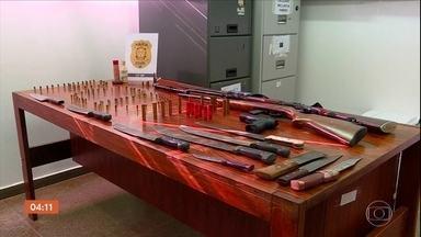 Homem é preso por ameaçar a ex-mulher no DF - O que chamou a atenção foi o arsenal de armas que foi encontrado na casa dele. Foram apreendidos revólver, espingarda, facões e grande quantidade de munição.