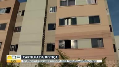 Cartilha orienta moradores a evitar problemas em programas habitacionais - A cartilha, que foi distribuída para estudantes do Riacho Fundo, foi elaborada pela Justiça do DF.