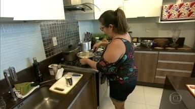 Simone promove noite tropical no último jantar do 'Jogo de Panelas' - Dona de casa começa o preparo de seu cardápio, tem ingrediente confiscado e recebe o elemento surpresa