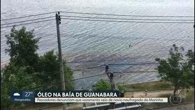 Pescadores denunciam vazamento de óleo na Baía de Guanabara - Eles dizem que poluição começou depois que navio da Marinha naufragou, na madrugada de segunda-feira. Marinha diz que não há indícios de vazamento.