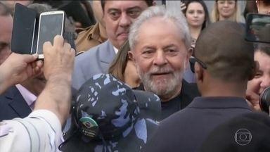 Boletim JN: ex-presidente Lula deixa sala em que estava preso em Curitiba - Os advogados de Lula deram entrada com uma petição na Vara de Execuções Penais e citaram a decisão de quinta (7) do Supremo, que determinou que réus condenados só podem ser presos depois de esgotados todos os recursos. Nesta sexta, o juiz Danilo Pereira Júnior atendeu ao pedido da defesa.
