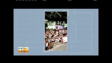 Pais e alunos fazem protesto contra a municipalização em Timóteo - Escola Tenente José Luciano fica no Bairro Quitandinha.