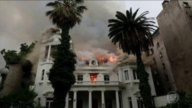 Universidade é incendiada durante manifestação no Chile - Nos arredores da universidade, em Santiago, milhares de pessoas protestavam contra o governo.