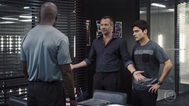 Agno e Leandro vão até a academia atrás de documento perdido - Agno fala com Rock que está interessado em contratar Zé Hélio para sua empresa