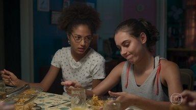 Gabriela e Alice provocam Marcos durante jantar - Marcos janta com família de Paloma