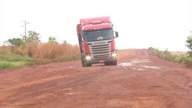 Caminhoneiros reclamam dos prejuízos causados pelas péssimas condições das estradas no MA - Eles reclamam dos prejuízos com a manutenção das carretas, por conta das péssimas condições das estradas e da falta de seguranças nas rodovias.