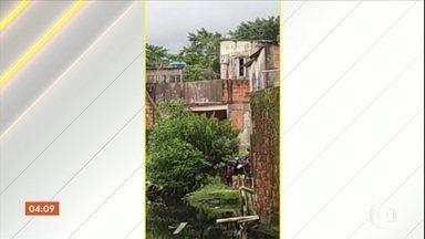 Policial militar é flagrado jogando corpo de adolescente em uma vala, em SP - O jovem foi uma das vitimas de uma operação que terminou com 3 mortos e um ferido, na última sexta-feira (8), no Litoral Paulista. Os PMs envolvidos na ação foram afastados.