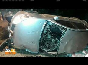 Polícia procura por quatro suspeitos que capotaram veículo em Governador Valadares - De acordo com a Polícia, os homens foram até o Bairro Carapina para assassinar um desafeto. Eles foram surpreendidos pelos militares, e chegaram a trocar tiros com os policiais mas, acabaram fugindo.