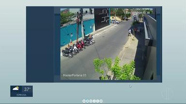 """Câmeras registram acidente no Bairro Todos os Santos em Montes Claros - De acordo com a Polícia, um dos veículos não respeitou a placa de """"pare"""" e acabou batendo na lateral de um carro, que vinha no sentido contrário da pista. Ninguém se feriu."""