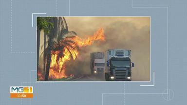 Incêndio é registrado as margens da BR-365 próximo ao trevo de Coração de Jesus - De acordo com os Bombeiros, as chamas começaram em uma fazenda de reflorestamento de eucalipto, que se espalharam pela vegetação.