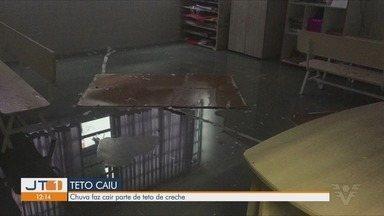 """Chuva faz cair parte do teto de creche do bairro Marapé, em Santos - Mães de alunos da creche """"Padre Francisco Leite"""" reclamam da situação do imóvel quando chove na região."""