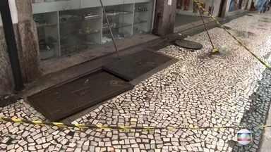 Comerciantes e moradores do centro ouvem explosão em bueiro e chamam bombeiros - Ruas na região seguem alagadas por conta da chuva forte desta tarde de segunda-feira (11) no Rio de Janeiro.