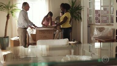 Vânia e Jaqueline ajudam César e Milena a organizar a casa nova - Elas implicam com a quantidade de coisas que o médico faz questão de guardar