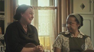 Genu pede para Lola receber Lili no almoço - Durvalina acha que a vizinha abusa demais da amizade com sua patroa
