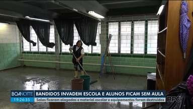 Bandidos invadem e destroem escola e 770 alunos ficam sem aula em São José dos Pinhais - Eles invadiram a escola no fim de semana. Salas ficaram alagadas e material escolar e equipamentos foram destruídos.