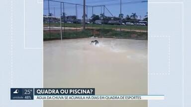 """Água da chuva se acumula há dias em quadra de esportes do Riacho Fundo II - A Administração do Riacho Fundo II disse que comunicou o problema para a empresa que construiu a quadra, mas não informou que dia essa """"piscina"""" será drenada."""