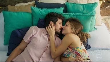Marcos e Paloma passam momento agradável juntos - Paloma se preocupa ao estar junto de Marcos na casa de Alberto
