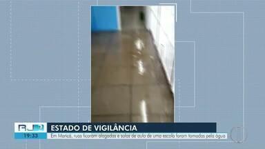 Ruas e salas de aula ficam alagadas após chuva em Maricá - Locais mais atingidos foram os bairros de Mumbuca e Barra de Maricá, segundo a Prefeitura.