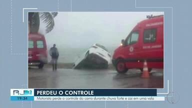 Motorista cai em vala após perder controle de carro durante chuva em Araruama - Ele e a mulher foram atendidos pelos bombeiros e se recusaram a ir para o hospital.
