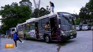 Cartolouco e Edilson assistem ao clássico dentro de um ônibus cheio de sósias - Cartolouco e Edilson assistem ao clássico dentro de um ônibus cheio de sósias