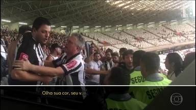 Polícia identifica torcedores que praticaram racismo contra segurança do Mineirão - Segurança Fábio Coutinho contou à polícia que foi agredido verbalmente enquanto tentava impedir que os torcedores do Atlético invadissem a área de imprensa e o setor da torcida do Cruzeiro.