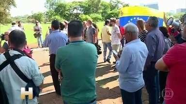 """Apoiadores de Guaidó ocupam sede da embaixada da Venezuela em Brasília - A embaixadora designada por Juan Guaidó, presidente autoproclamado da Venezuela, disse que a embaixada """"abriu as portas voluntariamente"""", mas defensores do presidente Nicolás Maduro falaram que foi uma invasão."""