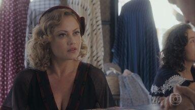 Marion procura Almeida para ter notícias de Júlio - Ela fica alfita em saber que Júlio está internado