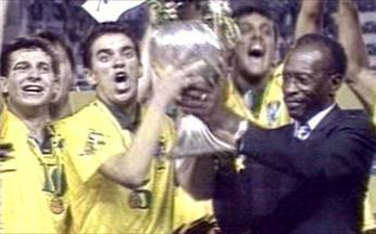 Em 1993, Brasil vence Gana de virada e conquista tricampeonato do Mundial Sub-20 - Na final da competição realizada na Austrália, Yan e Gian forma os autores dos gols que deram o título para a seleção brasileira.