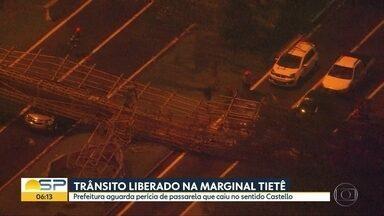 Passarela cai na Marginal Pinheiros e deixa feridos na noite desta quinta-feira (14) - Trânsito só foi liberado na madrugada desta sexta-feira (15).