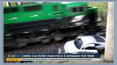 Carro cai de viaduto e é atropelado por trem - Por sorte o motorista não ficou ferido