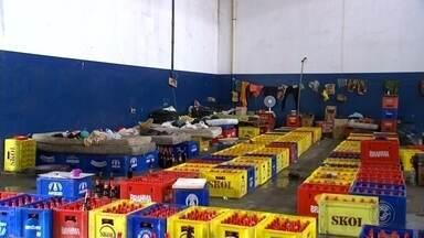 Polícia fecha fábrica clandestina que trocava rótulo de cerveja - A Polícia Civil de Bauru (SP) fechou nesta quinta-feira (14) uma fábrica clandestina de bebidas alcoólicas que funcionava em um depósito no Jardim Nicéia. A ação aconteceu após três meses de investigação.