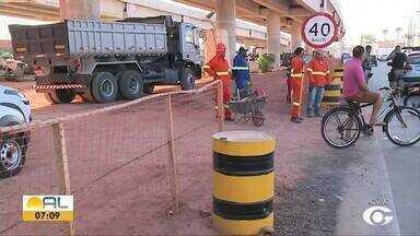 Mulher morre em acidente de moto em Maceió - Acidente aconteceu próximo de obra do viaduto da Federal.