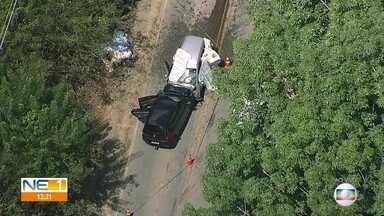 Acidente deixa três mortos na PE-60, em Rio Formoso - Dois carros bateram de frente e um terceiro capotou no acostamento; engarrafamento se formou na rodovia.