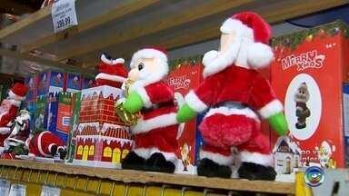 Repórter mostra opções baratas para enfeitar a casa para o Natal - Natal está chegando, falta pouco mais de um mês. Você já decorou sua casa para entrar no clima? O André Modesto está em uma loja em Rio Preto e vai mostrar várias opções. Tem para todos os gostos e bolsos.