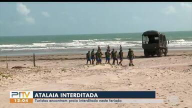 Turistas se banham na Praia de Atalaia apesar de reaparecimento de manchas de óleo - Praia de Atalaia fica imprópria para banho após surgimento de novas manchas de óleo no Litoral do Piauí