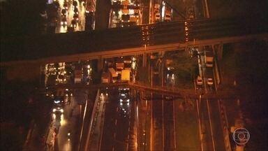 Prefeitura vai abrir processo para apurar responsabilidade de desabamento de passarela - A Prefeitura de São Paulo quer apurar as responsabilidades pela queda de uma passarela na Marginal Tietê, a principal via expressa da cidade.