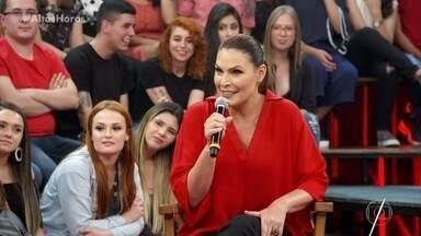 """Laura Müller tira dúvidas sobre sexo e diverte Tirulipa - Sexóloga explica o """"beijo grego"""""""