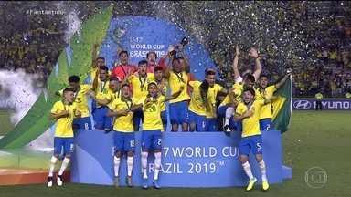 Seleção brasileira Sub-17 é tetracampeã mundial - Garotada levantou a taça no Estádio Bezerrão, Distrito Federal.